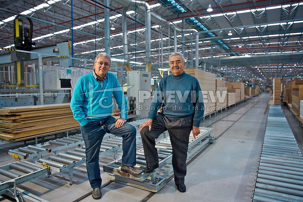 João Farina Neto (azul) diretor presidente  e José Eugênio Farina, diretor do conselho da Todeschinni, na planta da fábrica. FOTO: Lucas Uebel/Preview.com