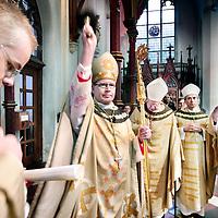 Nederland,Utrecht ,26 januari 2008.. Wim Eijk is officieel tot Aartsbisschop van het Aartsbisdom Utrecht benoemd in de Sint Catharina kathedraal.Bij aankomst in de Sint Catharinakerk zegent de Aartsbisschop de Cathedraal.In het midden op de achtergrond de voormalige Aartsbisschop Simonis...VOORKEURSFOTO!!