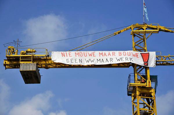 Nederland, Grave, 13-4-2012Protest bij scheepswerf Grave tegen het vergunningbeleid van het gemeentebestuur. De werf mag geen schip bouwen dat groter is dan 110 meter. De directie heeft een ontslagaanvraag ingediend, maar vandaag komt het bericht dat de wethouder de bouw van twee nieuwe langere schepen wil gedogen.Foto: Flip Franssen/Hollandse Hoogte
