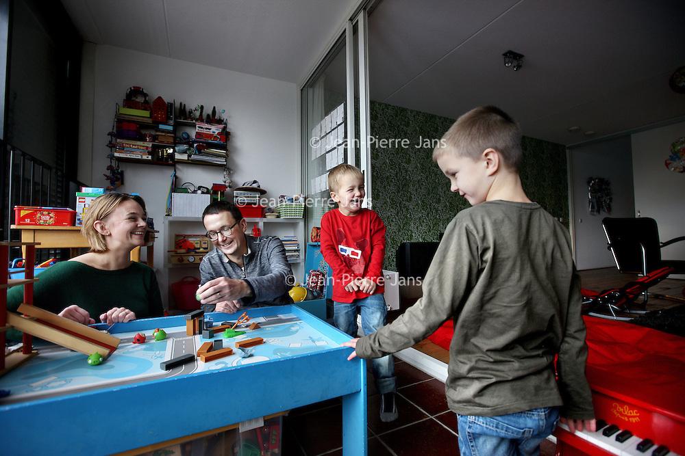 Nederland, Amsterdam , 3 november 2012.<br /> Marnix (jongetje met rode trui heeft leukemie) zijn grotere broer Casper, vader Jean-Paul en zijn moeder zijn erg tevreden over het Ingeborg Douwes Centrum.<br /> het Ingeborg Douwes Centrum, dat 12 november 10 jaar bestaat. Het IDC is de enige instelling in de metropoolregio die professionele, gespecialiseerde (na)zorg bij kanker biedt. Niet alleen voor patiënten, maar ook voor familie, vrienden of andere naasten. Ongeacht prognose of leeftijd. Er is veel behoefte aan deze zorg (1 op de 3 mensen bij kanker), maar het blijft helaas vaak onderbelicht.Ik heb via de organisatie contact met een vader van een jongetje van 2 dat kanker heeft en die er graag over wil vertellen wat het centrum allemaal voor hun gezin betekend heeft.<br /> Foto:Jean-Pierre Jans