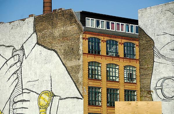 Duitsland, Berlijn, 22-8-2009Oud fabriekspand in de wijk Kreuzberg. Graffiti op de muur.Foto: Flip Franssen/Hollandse Hoogte