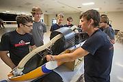 Leden van het team van Toronto bekijken geinteresseerd naar de VeloX4. Het Human Power Team Delft en Amsterdam (HPT), dat bestaat uit studenten van de TU Delft en de VU Amsterdam, is in Amerika om te proberen het record snelfietsen te verbreken. Momenteel zijn zij recordhouder, in 2013 reed Sebastiaan Bowier 133,78 km/h in de VeloX3. In Battle Mountain (Nevada) wordt ieder jaar de World Human Powered Speed Challenge gehouden. Tijdens deze wedstrijd wordt geprobeerd zo hard mogelijk te fietsen op pure menskracht. Ze halen snelheden tot 133 km/h. De deelnemers bestaan zowel uit teams van universiteiten als uit hobbyisten. Met de gestroomlijnde fietsen willen ze laten zien wat mogelijk is met menskracht. De speciale ligfietsen kunnen gezien worden als de Formule 1 van het fietsen. De kennis die wordt opgedaan wordt ook gebruikt om duurzaam vervoer verder te ontwikkelen.<br /> <br /> Members of the Toronto team inspect the VeloX4 of the HPT. The Human Power Team Delft and Amsterdam, a team by students of the TU Delft and the VU Amsterdam, is in America to set a new  world record speed cycling. I 2013 the team broke the record, Sebastiaan Bowier rode 133,78 km/h (83,13 mph) with the VeloX3. In Battle Mountain (Nevada) each year the World Human Powered Speed Challenge is held. During this race they try to ride on pure manpower as hard as possible. Speeds up to 133 km/h are reached. The participants consist of both teams from universities and from hobbyists. With the sleek bikes they want to show what is possible with human power. The special recumbent bicycles can be seen as the Formula 1 of the bicycle. The knowledge gained is also used to develop sustainable transport.