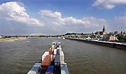 Nederland, Nijmegen, 17-7-2018De waterstand in de rivier de Waal is erg laag.  Door de aanhoudende droogte . Binnenvaartschepen moeten goed in de vaargeul blijven. Een containerschip passeert de waalkade van Nijmegen .Foto: Flip Franssen