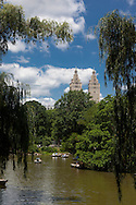 New York . Central park , the lake in the distance San Remo building with two towers  New york  /  central park , le lac, et l'immeuble San Remo New york