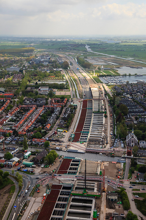 Nederland, Zuid-Holland, Leiderdorp, 09-05-2013; dubbel aquaduct onder de Oude Rijn, de A4 is verbreed. Het tweede aquaduct is nog niet voltooid.<br /> Two aqueducts under the canalized river Oude Rhine under construction on behalf of road widening motorway A4.<br /> luchtfoto (toeslag op standard tarieven)<br /> aerial photo (additional fee required)<br /> copyright foto/photo Siebe Swart