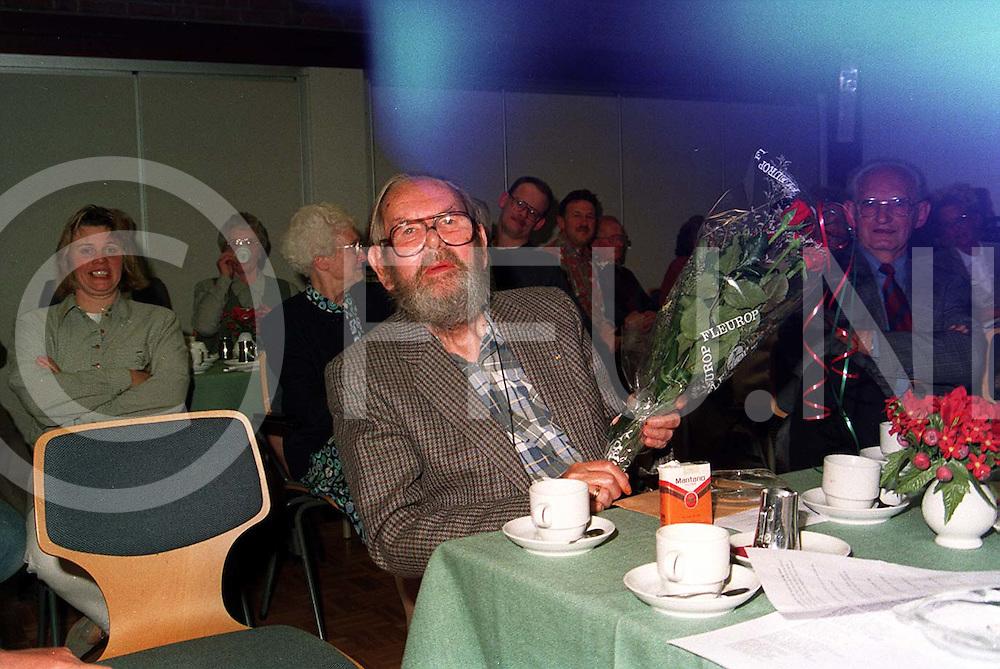 Ommen : pvda jubileum met op de foto het oudste lid terwijl rechts Moerman toekijkt..foto frank uijlenbroek©1996/dio