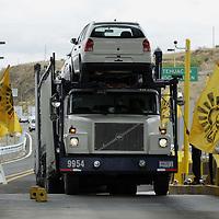 Oaxaca, Oax.- Simpatizantes del PRD encabezados por los diputados locales Jesus Romero y Guadalupe Rodriguez, tomaron la caseta de peaje de San Pablo Huitzo y dejaron pasar gratis a los automoviles y camiones, como  protesta al gobierno federal pidiendo que no se privatice PEMEX. Agencia MVT / Eder López. (DIGITAL)<br /> <br /> <br /> <br /> NO ARCHIVAR - NO ARCHIVE