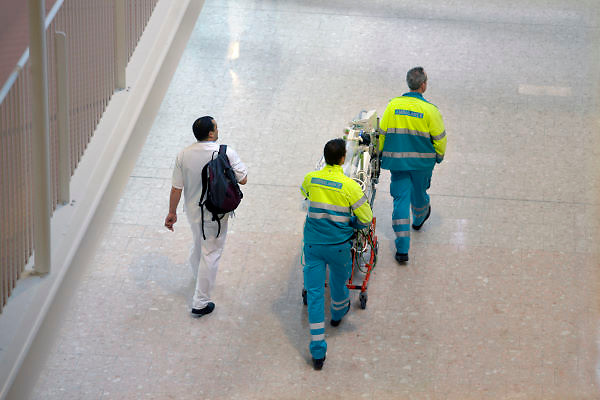Nederland, Nijmegen, 16-1-2013De bemanning van een ambulance loopt met een verpleegkundige door het ziekenhuis. Op de brancard staat een couveuse voor het vervoer van een pasgeboren baby.Foto: Flip Franssen