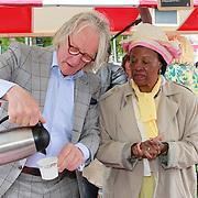 NLD/Amsterdam/20130701 - Keti Koti Ontbijt 2013 op het Leidse Plein, Freek de Jonge schenkt koffie in