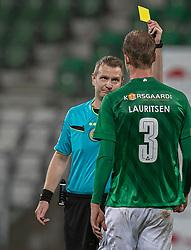Mads Lauritsen (Viborg FF) får en advarsel af dommer Chris Johansen under kampen i 1. Division mellem Viborg FF og FC Helsingør den 30. oktober 2020 på Energi Viborg Arena (Foto: Claus Birch).