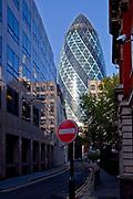 """Londyn, 2009-10-23. Londyn, 2009-10-23. """"Ogórek"""" - wieżowiec przy 30 St Mary Axe."""