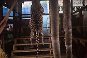 Un puesto vende souvenirs de piel de leopardo y piel de anacondas en el mercado de Belén en Iquitos. en este mercado se venden todo tipo de animales exóticos, alimentos y brebajes hechos con ellos.