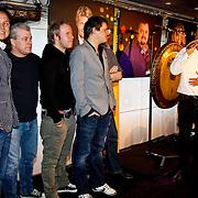 NLD/Hilversum/20100402 - Start Sterren.nl radiostation, radio DJ's luisteren naar de openingsrede van Daniël Dekker