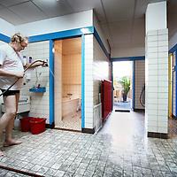 Nederland, Amsterdam , 5 februari 2011..Stichting Da Costa Badhuis en Sauna is het laatste badhuis van Amsterdam..Op de foto spuit een medewerker het badhuis schoon..Foto:Jean-Pierre Jans