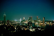 Cityscape Rotterdam bij avond