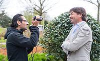 TILBURG - Telegraaf verslaggever Hans Ruggenberg met Robert-Jan Derksen. De tweede editie van de ING Private Banking Golfweek vindt plaats van 7 tot en met 9 juli op golfclub Prise d'eau in Tilburg. Een evenement voor jong en oud waarbij kijken, beleven en zelf doen centraal staan en de toegang gratis is. Dit unieke evenement waar topsport en breedtesport samenkomen is op 6 april aangekondigd op golfclub Prise d'eau. Robert-Jan Derksen introduceerde dé golf experience van Nederland. FOTO KOEN SUYK