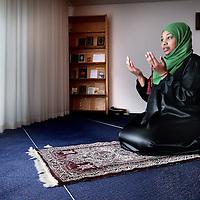 Nederland, Amsterdam , 27 maart 2014.<br /> Omaima El Tahir is genomineerd voor de ECHO Award (Expertisecentrum Allochtonen Hoger Onderwijs Award)<br /> Omaima heeft ook voor de Islam gekozen. Tussen de middag bidt ze in de gebedsruimte van het VUmc. Uit het geloof haalt ze veel kracht en steun.<br /> Foto:Jean-Pierre Jans