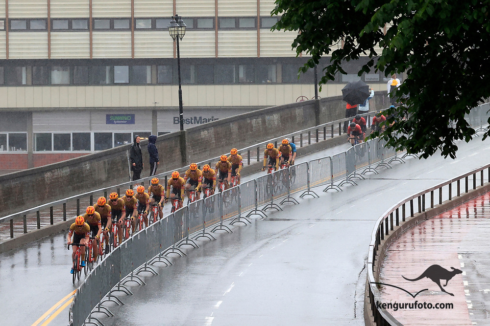 Fra herrenes elite start under NM på sykkel 2021 i Kristiansand. Hovedfeltet passerer Ove Lundsbroa i Kristiansand.