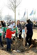 Prinses Máxima bij Nationale Viering van de 55ste Boomfeestdag in Oeffelt. Princess Maxima at the National Celebration of the 55th Boomfeestdag ( plant a tree day )in Oeffelt.<br /> <br /> Op de foto / On the photo:  Gerard Joling en Helga van Leur planten een boom