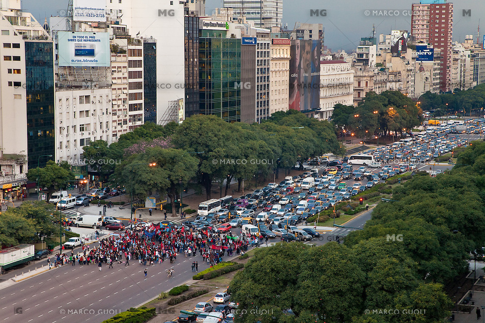 MANIFESTANTES CORTAN LA AVENIDA 9 DE JULIO IMPIDIENDO LA NORMAL CIRCULACION DE LOS VEHICULOS, BUENOS AIRES, ARGENTINA (PHOTO © MARCO GUOLI - ALL RIGHTS RESERVED)