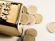 Goudstaaf met geld. | Gold bar with money