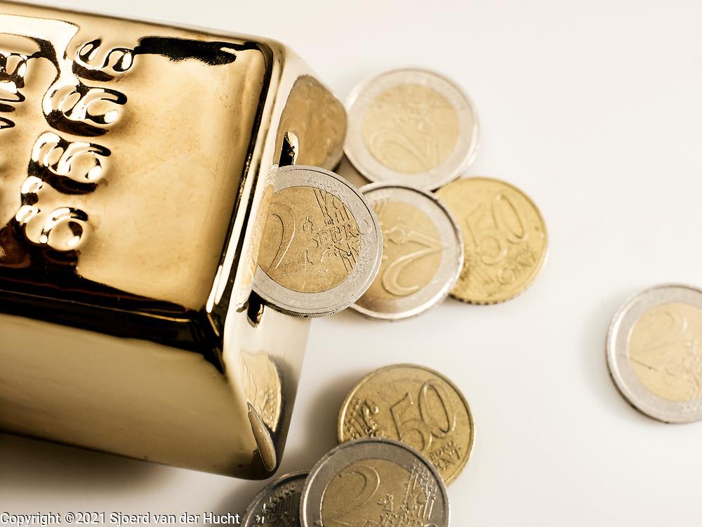Goudstaaf met geld.   Gold bar with money