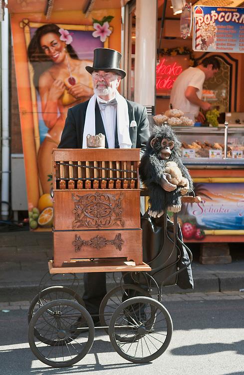 Deutschland, Bonn, Pützchens Markt Leierkasetnmann, Mann spielt Drehorgel  |organ grinder in Bonn Germany