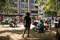DEU, Deutschland, Germany, Berlin, 21.08.2015: Flüchtlinge auf dem Gelände des Landesamts für Gesundheit und Soziales (LaGeSo), hier befindet sich die Zentrale Aufnahmeeinrichtung des Landes Berlin für Asylbewerber.