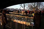 Londyn, 2009-03-05. Kiermasz starych książek na bulwarach Tamizy
