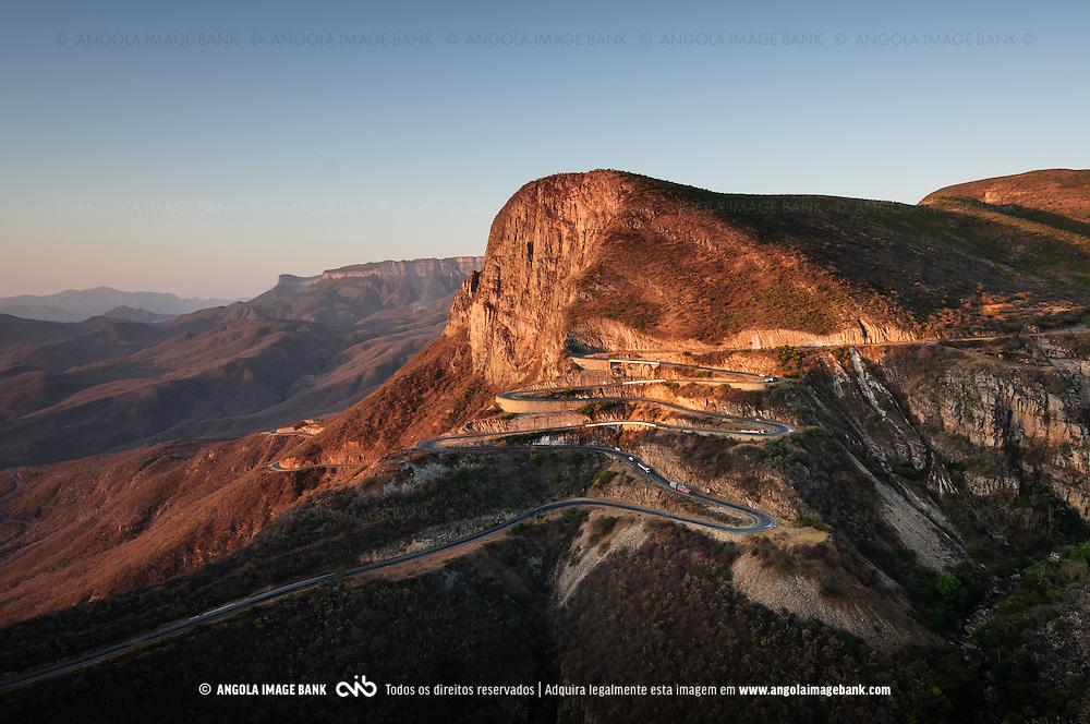 A estrada da Serra da Leba durante a época seca ao pôr do sol. Província do Namibe. Angola