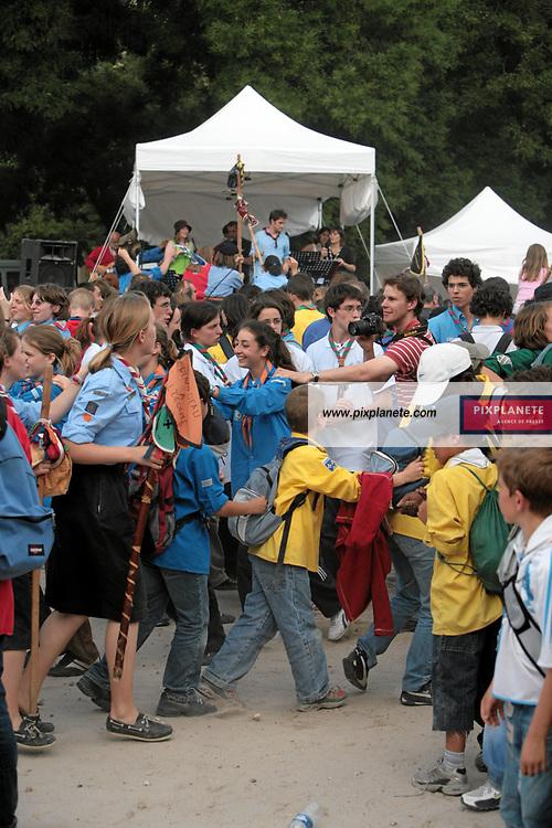 Des rassemblements de scouts à l'occasion du centenaire du mouvement ont été organisé à travers toute la France en le 1 juillet 2007 - Rassemblement de Scouts sur les Champs de Mars à Paris - JSB / PixPlanete