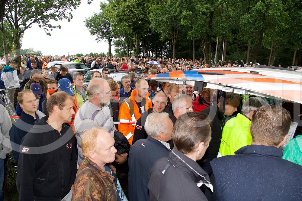 STAPHORST - Zoekactie Bert v/d Hoek onder weg met een blauw/grijze fiets.<br /> Aan de Kamweg bij Talens Houthandel kwamen honderden mensen om deel te nemen aan de zoekactie.<br /> Foto: Dringen bij het politie busje waar de mesne op een kaart uitleg kregen waar de zoeken.<br /> FFU PRESS AGENCY COPYRIGHT FRANK UIJLENBROEK
