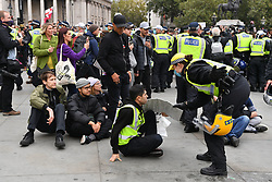 © Licensed to London News Pictures. 26/09/2020. London, UK. Anti-mask demonstrators remonstate with police officers in Trafalgar Square. The demonstrators are against the government laws of lockdown during the Covid-19 pandemic and the effects of the virus. Photo credit: London News Pictures