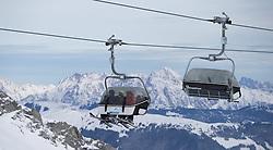 THEMENBILD - Wintersportler in einem Sessellift vor Bergpanorama, aufgenommen am 15. Januar 2015 am Kitzsteinhorn, Kaprun, Österreich. EXPA Pictures © 2014, PhotoCredit: EXPA/ JFK