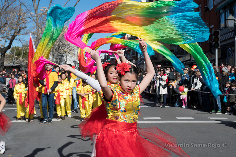 Madrid, Spain. 18th February, 2018. Girls dancing with color fabrics during the Chinese New Year parade in Madrid. © Valentin Sama-Rojo