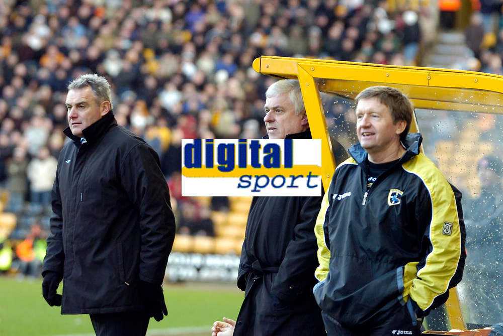 Photo: Ed Godden/Sportsbeat Images.<br />Wolverhampton Wanderers v Cardiff City. Coca Cola Championship. 20/01/2007. Cardiff's Chairman Peter Ridsdale (centre) and Manager Dave Jones (L).