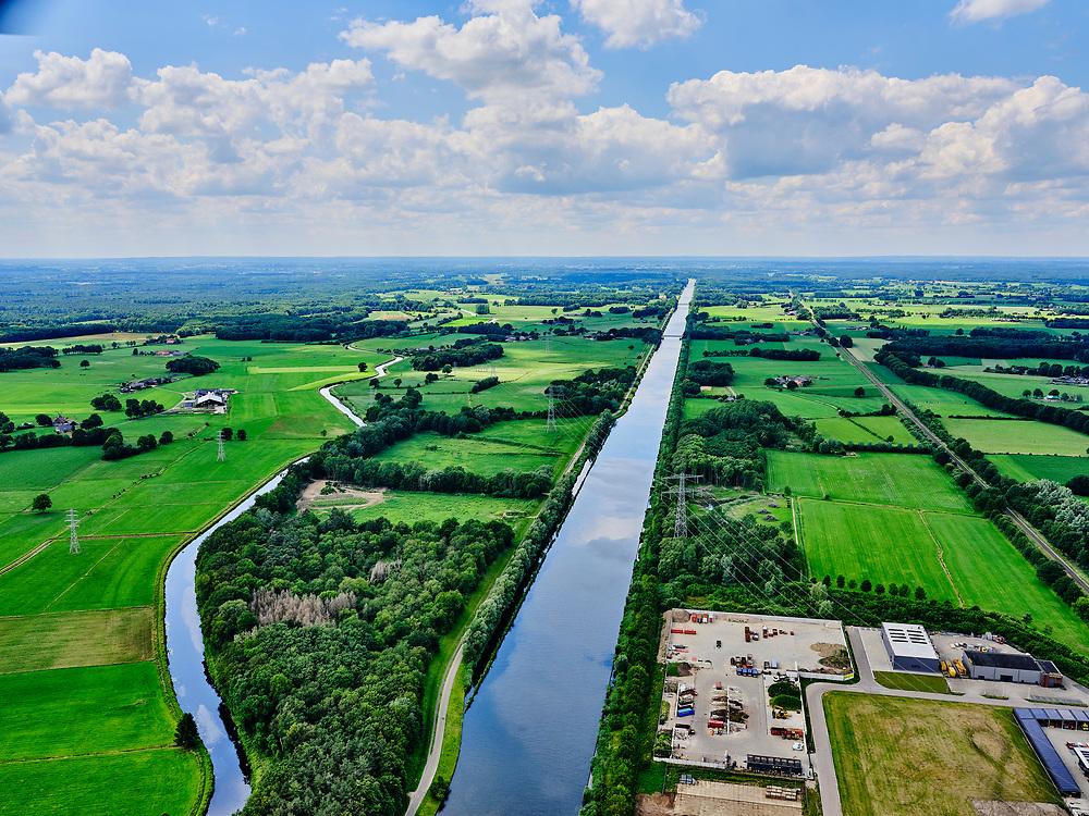 Nederland, Gelderland, Gemeente Lochem, 21–06-2020;  overzicht Twentekanaal tussen Zutphen (Eefde) en Lochem. Industrieterrein Lochem in de voorgronsd. Overview Twente Canal between Zutphen) Eefde and Lochem.<br /> <br /> luchtfoto (toeslag op standaard tarieven);<br /> aerial photo (additional fee required)<br /> copyright © 2020 foto/photo Siebe Swart