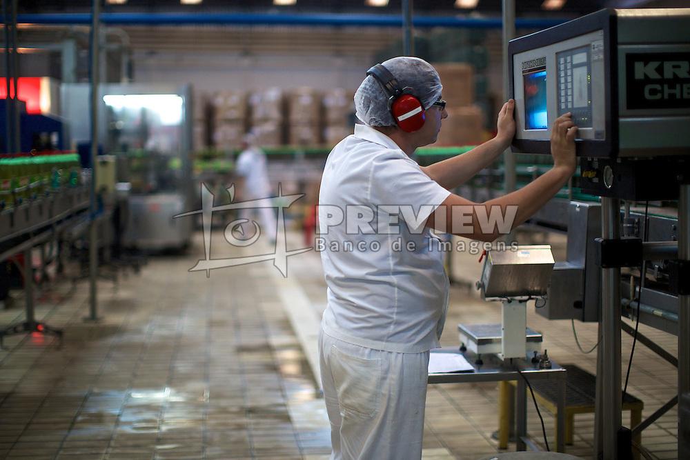 Colaborador na linha de produção da empresa de refrigerantes Fruki, em Lajeado. FOTO: Jefferson Bernardes/Preview.com