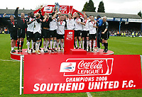 Photo: Chris Ratcliffe.<br />Southend United v Bristol City. Coca Cola League 1. 06/05/2006.<br />Southend United lift the trophy.