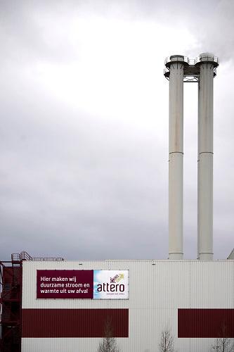 Nederland, Moerdijk, 20-2-2020 De afvalenergiecentrale van Attero zet huishoudelijk en bedrijfsafval uit Nederland en uit het buitenland om in energie. De naastgelegen Essent Warmte-krachtcentrale maakt gebruik van de stoom van de afvalenergiecentrale om stroom op te wekken. Foto: Flip Franssen