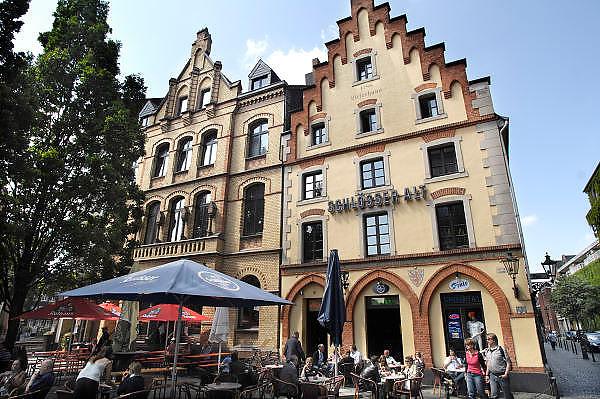 Duitsland, Dusseldorf, 2-6-2012In deze stad aan de rivier de Rijn, de hoofdstad van Nordrhein-Westfalen, was vandaag een Japan dag.Het bracht veel mensen op de been. Op een reclamezuil staat een beeld van twee mensen die over de rivier uitkijken.Foto: Flip Franssen/Hollandse Hoogte