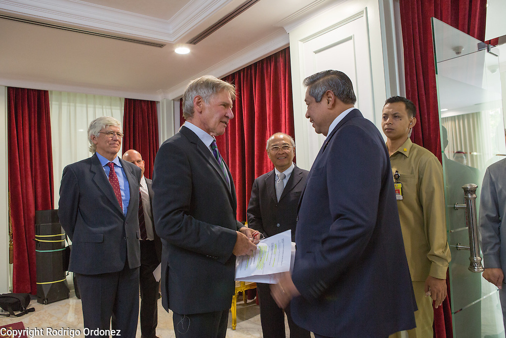 The President of Indonesia, Susilo Bambang Yudhoyono (second from right), greets actor and environmental activist Harrison Ford at the Presidential Palace in Central Jakarta, Indonesia. <br /> Harrison Ford visited Indonesia to learn more about deforestation, as one of the correspondents for Showtime's new documentary series about climate change Years of Living Dangerously.