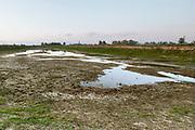 Nederland, Nijmegen, 2-5-2020 Bijna drooggevallen zijgeul van de Waal . Door de lage waterstand, laagwater,en de langdurige droogte is er geen aanvoer van water vanuit de rivier. Door het uitblijven van regen de afgelopen weken is de geul bijna leeg en opgedroogd . Foto: Flip Franssen