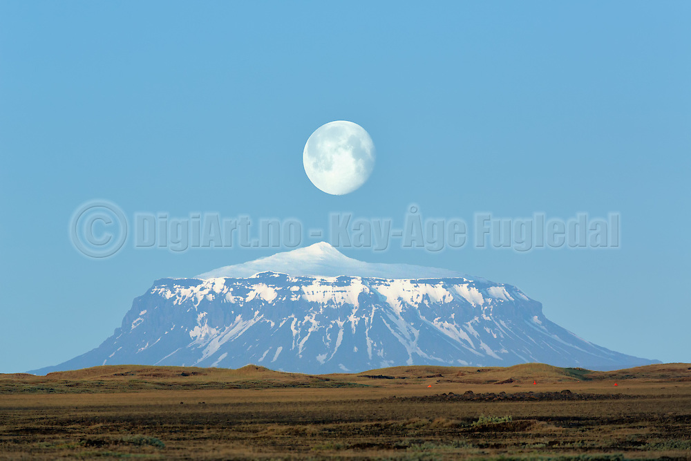 Herðubreið  is a tuya in north-east Iceland. It is situated in the Highlands of Iceland in the midst of the Ódáðahraun desert and close to Askja volcano. This picture was captured after a nightshoot at Dettifoss | Herdubreid er et flattoppet vulkansk fjell lokalisert i nørdøst Island. Det ligger i høylandet midt i Odadahraun ørkenen, i nærheten av Askja vulkanen. Dette bildet vart tatt på veg tilbake fra nattfotografering i Dettifoss.
