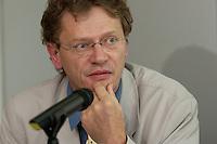 """16 JUN 2004, BERLIN/GERMANY:<br /> Albert Schmidt, MdB, B90/Gruene Verkehrspolitischer Sprecher der BT-Fraktion,  Gespraechsrunde, ADAC Gespraech zur Mobilitaet """"Wunsch oder Wirklichkeit: Auswirkungen von Verkehrsprognosen auf die Verkehrspolitik"""", ADAC Praesidialbuero Berlin<br /> IMAGE: 20040616-02-055<br /> KEYWORDS: Gespräch Mobilität"""