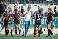 AMSTELVEEN -  Coach Robert Tigges  (Amsterdam) met Maria Verschoor (Amsterdam)  tijdens de hockey hoofdklasse competitiewedstrijd  dames, Amsterdam-Oranje Rood (2-1).  COPYRIGHT KOEN SUYK