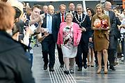 Hare Majesteit Koningin Maxima is aanwezig bij de toekenning van het duizendste taaltraject aan medewerkers van Hago Zorg werkzaam in het Erasmus MC in Rotterdam. De schoonmakers hebben hun taaltraject versneld afgerond en krijgen in aanwezigheid van Koningin Máxima hun certificaat in het ziekenhuis uitgereikt<br /> <br /> Her Majesty Queen Maxima is available in granting the thousandth language course at Hago Zorg employees working at the Erasmus MC in Rotterdam. The cleaners have completed their language course and get accelerated in the presence of Queen Máxima their certificate awarded at the hospital
