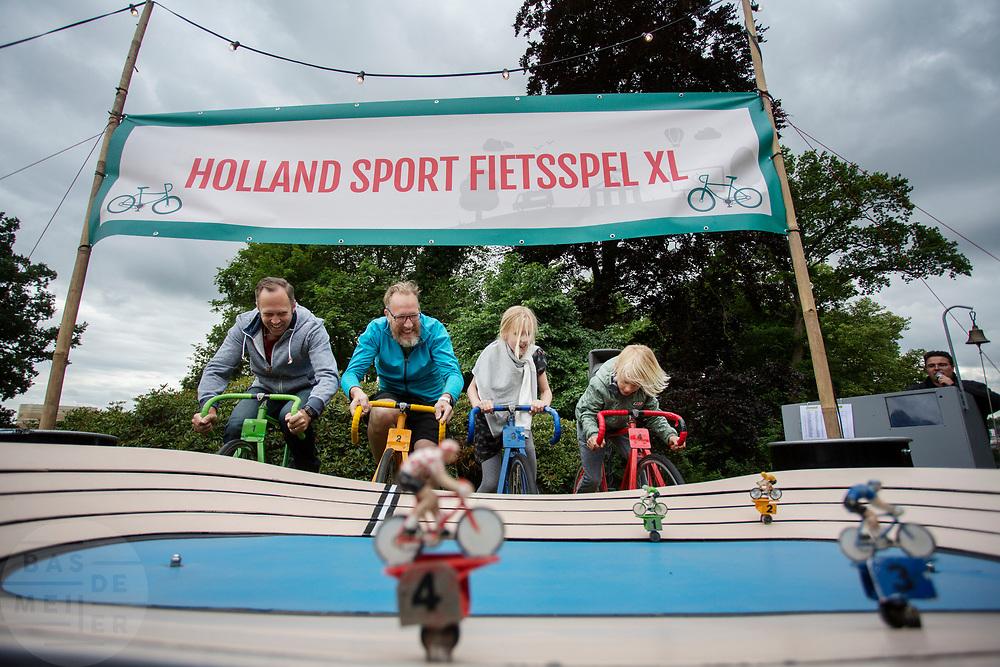 Twee mannen en twee kinderen fietsen tegen elkaar op een wielerbaan. In Arnhem vindt in het Sonsbeekpark Velofest plaats, een festival over fietsen, tegelijk met het roodtruck festival Eten op Rolletjes. Het festival is het einde van de internationale conferentie Velo City dat dit jaar in Nijmegen en Arnhem is gehouden. Tijdens het meerdaags congres praten beleidsmedewerkers en de fietsindustrie over het gebruik van de fiets in het dagelijks leven. Daarnaast zijn er tal van fietsgerelateerde activiteiten.<br /> <br /> In Arnhem the bike festival Velofest is held, as end of  the bike related congress Velo City 2017 that was hosted in Arnhem and Nijmegen. From all over the world people come to talk about the use of the bicycle as a way of transportation.