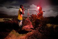 10/Septiembre/2014 Cabo Verde. Boa Vista.<br /> Personal de la Ong Bios pesa una hembra de tortuga Carettha justo después de desovar. Se sospecha que las hembras no comen durante los periodos de desovación.<br /> <br /> ©JOAN COSTA