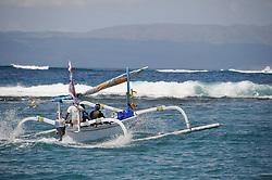 traditionelles Auslegerboot faehrt gegen grosse Wellen, Outrigger-Canoe riding against big waves, Candidasa, Bali, Indonesien, Indopazifik, Bali, Indonesia Asien, Indo-Pacific Ocean, Asia